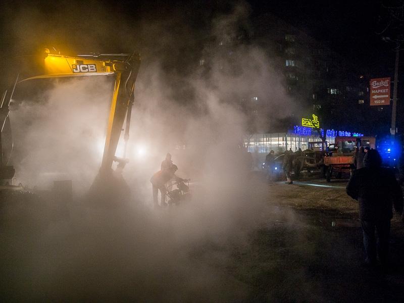 Коммунальные предприятия города в круглосуточном режиме устраняют аварию на теплосети по улице Шатиловской