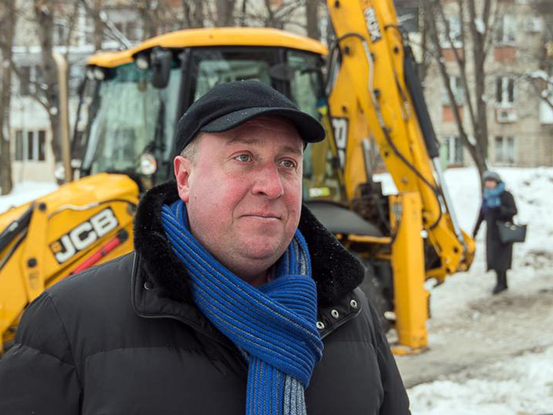 Бригады КП «Харьковводоканал» убирают наледь возле жилых домов