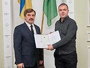Во время награждения премией Харьковского горсовета, вручает секретарь горсовета Александр Новак