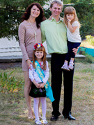 Семья - муж Дмитрий, старшая дочь Валерия и младшая Надежда